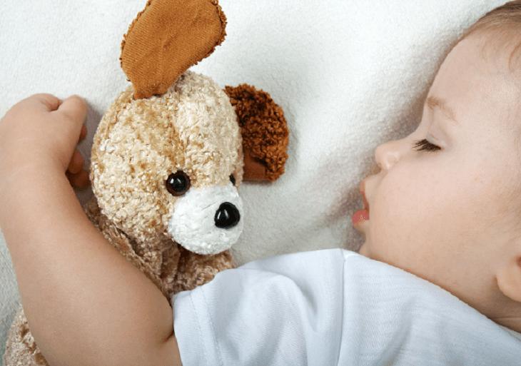 Dieťatko spí so svojim plyšákom