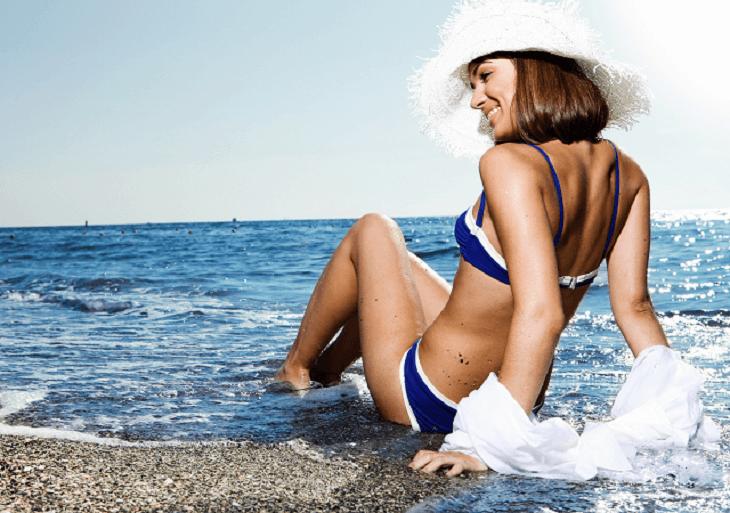 Mladá žena v bikinách na pláži