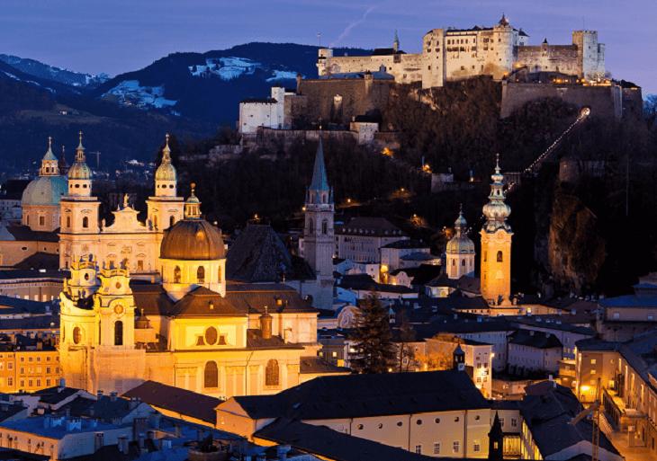 Nočná panoráma rakúskeho Salzburgu