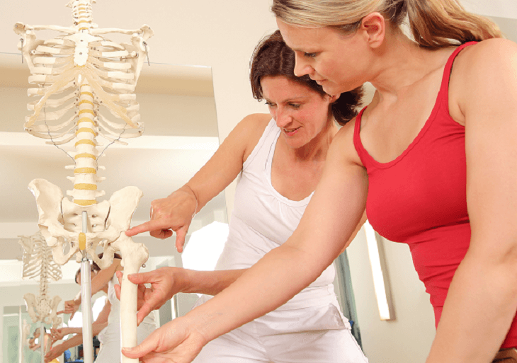 Ortopéd ukazuje pacientovi bedrový kĺb na kostre