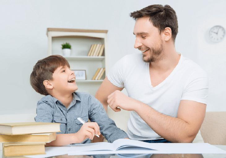 Otecko so synom sa zabávajú