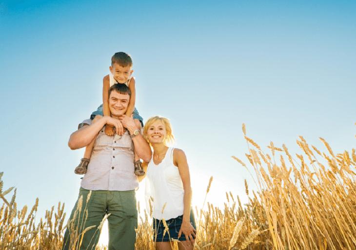 Šťastná rodinka spolu vonku