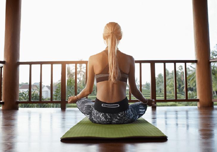 Žena medituje pri jóge