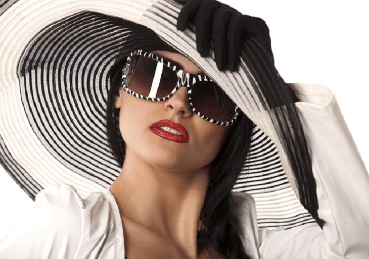Žena so slnečnými okuliarmi v klobúku